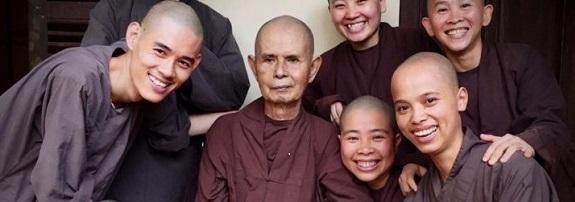 Thay-with-attendants-in-Hue Nieuwsbrieven van Leven in Aandacht
