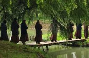 monks_on_bridge Nieuwsbrieven van Leven in Aandacht